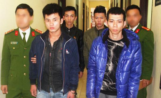 4 thanh niên trong nhóm 7 đối tượng bị công an tạm giữ hình sự để điều tra hành vi giết người và gây rối trật tự công cộng - Ảnh: Công an Thanh Hóa