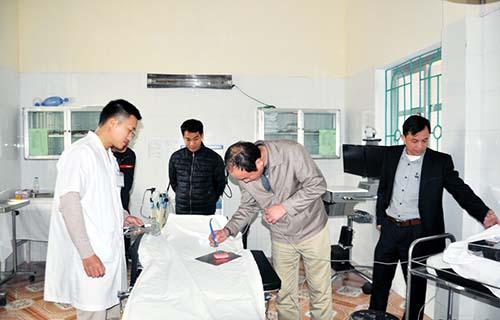 Các bác sĩ BV Sản - Nhi Quảng Ninh rà soát lại các thiết bị trong phòng mổ của Trung tâm Y tế huyện đảo Cô Tô