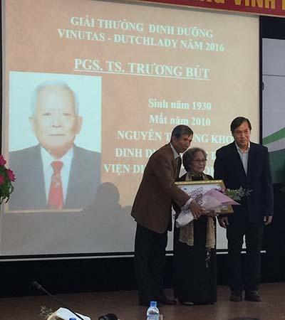 Đại diện công ty FrieslandCampina Việt Nam (ngoài cùng bên phải) trao tặng giải thưởng dinh dưỡng VINUTAS - Dutch Lady năm 2016 cho phu nhân cố PGS-BS Trương Bút