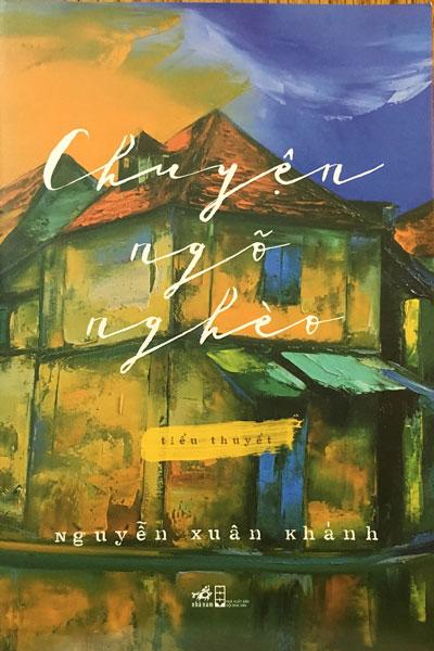"""Chân dung nhà văn Nguyễn Xuân Khánh và bìa cuốn sách """"Chuyện ngõ nghèo"""" Ảnh: NGUYỄN ĐÌNH TOÁN"""