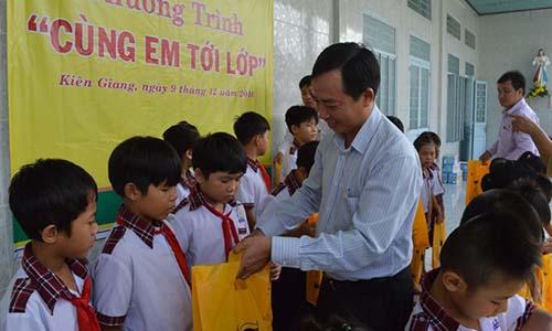 Bình Điền trao 100 suất quà cho học sinh nghèo Kiên Giang