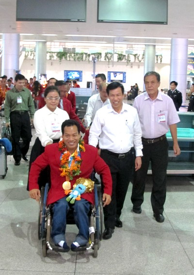 Bộ trưởng Nguyễn Ngọc Thiện đẩy xe lăn cho lực sĩ Lê Văn Công