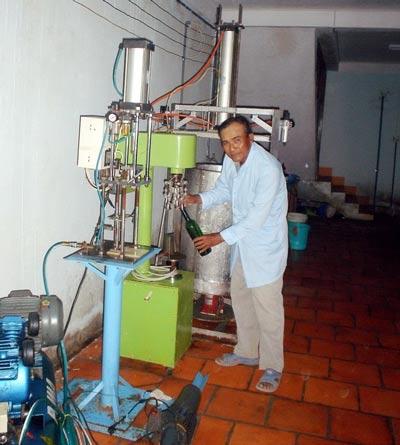 Ông Ba Mọi ở xưởng chế biến rượu vang nho