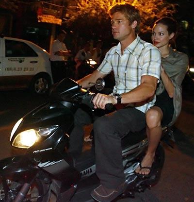 Angelina Jolie và Brad Pitt trong một chuyến du lịch Việt Nam Ảnh: TRẦN TIẾN DŨNG