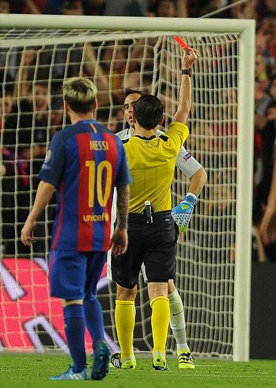 Claudio Bravo nhận thẻ đỏ, Man City vỡ trận