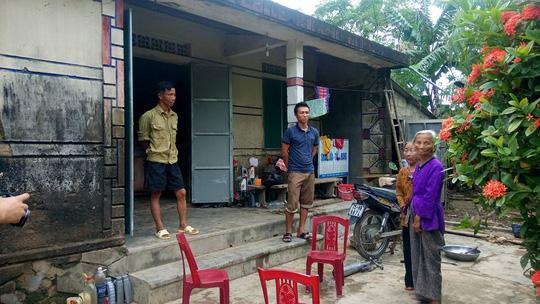 Người dân thôn Trung Thôn bức xúc khi thôn thu lại tiền hỗ trợ lũ lụt (ảnh: M.TUẤN)