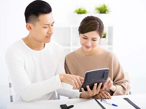 Các cặp vợ chồng ở Việt Nam thường cùng nhau giải quyết các vấn đề về tài chính