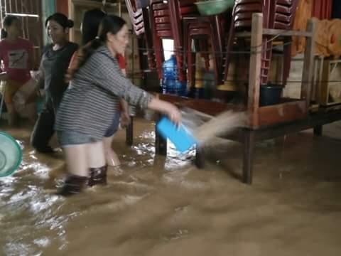 Tranh thủ dội bùn khi lũ rút