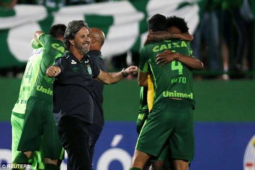 HLV Caio Junior và cầu thủ Chapecoense vào chung kết Copa Sudamericana