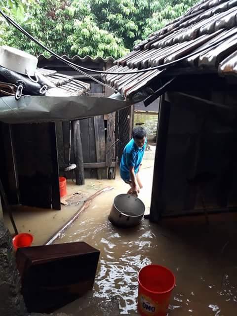 Nước rút, người dân bắt đầu dội bùn ra khỏi nhà