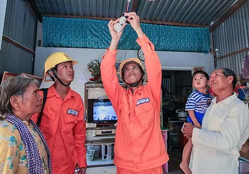 Các hộ dân Khmer chưa có điện được hỗ trợ 100% chi phí lắp đặt đường dây sau công tơ và hệ thống chiếu sáng trong nhà Ảnh: Ngọc Tuấn