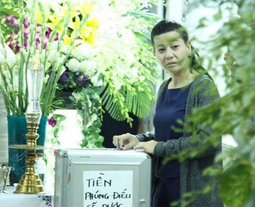 Gia đình cho biết tiền phúng điếu đám tang ca sĩ Minh Thuận sẽ được dùng vào mục đích từ thiện. Trong ảnh: Nghệ sĩ Cát Phượng đầm đìa nước mắt khi đến viếng linh cữu ca sĩ Minh Thuận