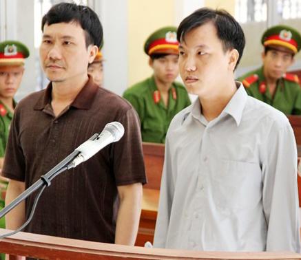 Bị cáo Quân (trái) và bị cáo Hưng (phải) ở phiên tòa sơ thẩm. Ảnh: CÔNG TUẤN