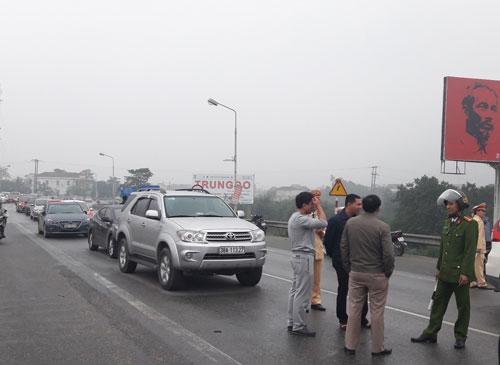 Người dân dùng ô tô chặn cầu Bến Thủy 1 vào sáng 4-12