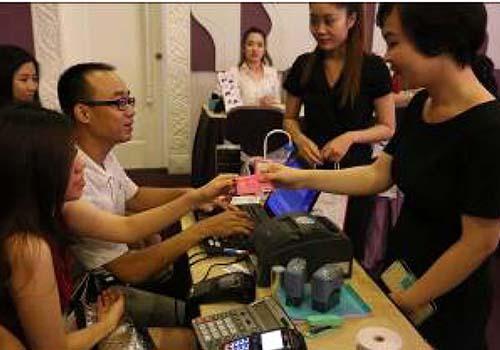 Khách hàng được ưu đãi giảm giá đến 50% và nhận thêm quà tặng khi dùng thẻ Ladies First mua mỹ phẩm Shiseido