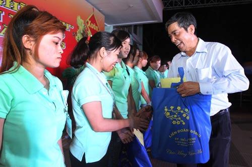 Ông Nguyễn Văn Khải, Phó Chủ tịch Thường trực LĐLĐ TP HCM, trao vé và quà cho công nhân về quê ăn Tết Ảnh: Hoàng Triều