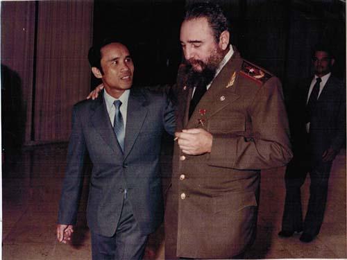"""Ông Fidel Castro và ông Nguyễn Đình Bin, người được mệnh danh là """"con nuôi Fidel"""". (Ảnh do nhân vật cung cấp)"""