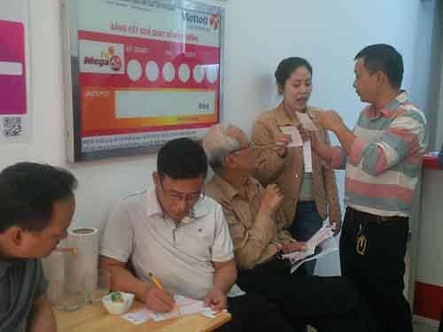Người dân Hà Nội ngày đầu mua vé số VietlottẢnh: BẢO TRÂN