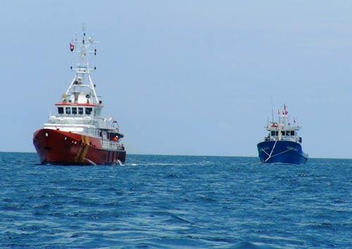 Tàu vỏ thép Hoàng Anh 01 dùng máy cũ bị hỏng, phải lai dắt vào cảng Nha Trang trước khi trả về nơi sản xuất