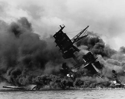 Chiến hạm USS Arizona cháy suốt nhiều ngày sau vụ tấn công bất ngờ của Nhật Bản vào Trân Châu Cảng Ảnh: MILITARY