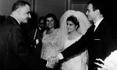 Đám cưới của Ashraf Marwan với Mona Nasser năm 1966. Tổng thống Gamal Abdel Nasser đứng bên trái bắt tay chàng rể Ảnh: AP
