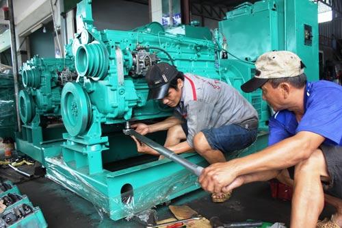 ◀ Thợ máy ở Khánh Hòa kiểm tra máy tàu cũ với chất lượng khoảng 70%-80% Ảnh: KỲ NAM