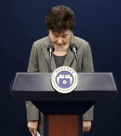 Tổng thống Hàn Quốc Park Geun-hye đang đối mặt làn sóng chỉ trích, kêu gọi bà từ chức Ảnh: YONHAP