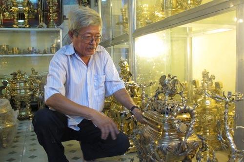 Ông Trần Văn Thắng đã theo nghề đúc lư đồng 55 năm nay Ảnh: HẢI PHONG