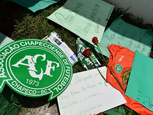 Hoa, lời chia buồn bên cửa sân vận động của đội bóng