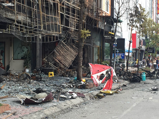 Hiện trường vụ cháy quán karaoke khiến 13 người tử vong tại phố Trần Thái Tông (ảnh: NGUYỄN HƯỞNG)