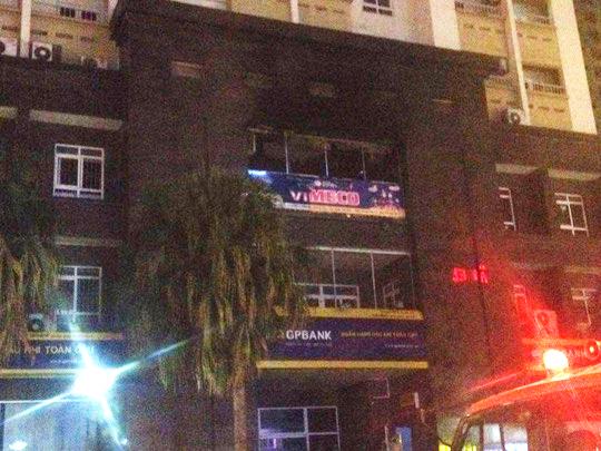 Tấm biển quảng cáo bị cháy tại tầng 3 tòa nhà chung cư CT2