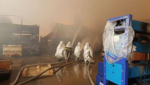 Lực lượng cảnh sát PCCC trong bộ bảo hộ chuyên dụng tích khống chế vụ cháy lớn