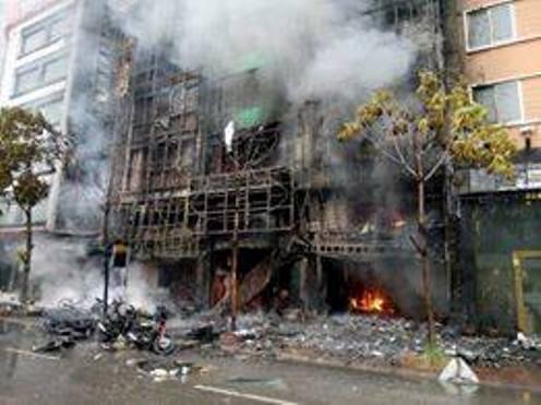Vụ cháy quán karaoke trên phố Trần Thái Tông chiều 1-11 gây thiệt hại đặc biệt nghiêm trọng về người và tài sản - Ảnh: Nguyễn Hưởng
