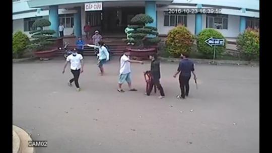 Ngang nhiên chém nhau ở Bệnh viện Đa khoa huyện Xuân Lộc (ảnh cắt từ video clip)