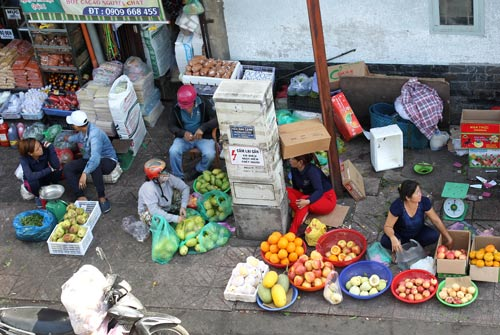 """Bốt điện trên đường Nguyễn Thái Học bị các tiểu thương buôn bán lấn chiếm vỉa hè """"ôm cứng"""" Ảnh: HOÀNG TRIỀU"""