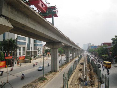 Dự án tuyến đường sắt trên cao Cát Linh - Hà Đông (đoạn gần ngã tư Khuất Duy Tiến) do Trung Quốc tài trợ vốn và thi công Ảnh: Nguyễn Hưởng