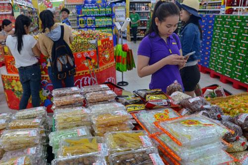 Hàng Tết đã bắt đầu nhộn nhịp ở các chợ và siêu thị nhưng sức mua vẫn khá thấp Ảnh: Tấn Thạnh