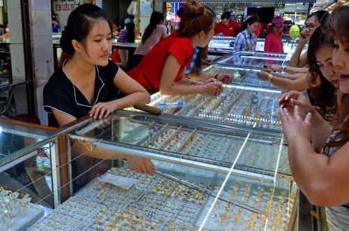 Dù giá vàng giảm mạnh trong ngày 5-10 nhưng giao dịch vẫn trầm lắng Ảnh: Tấn Thạnh