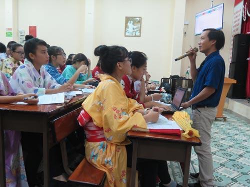 Học sinh mặc trang phục truyền thống của Nhật Bản và tham gia tái hiện bài học trong tiết học liên môn địa lý - lịch sử
