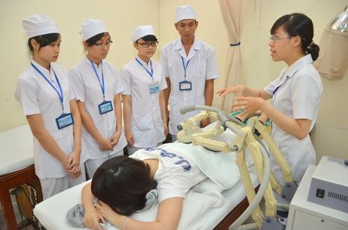 Sinh viên Trường ĐH Y Dược TP HCM trong giờ thực hành. Ảnh: Tấn Thạnh