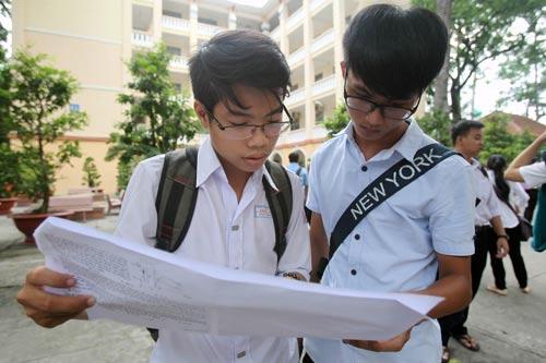 Học sinh THPT đang được làm quen với đề thi của kỳ thi THPT quốc gia Ảnh: Hoàng Triều
