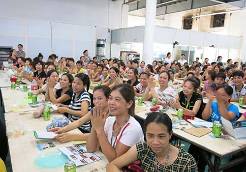 Công nhân các khu công nghiệp hào hứng tham gia trả lời các câu hỏi về phòng chống tác hại thuốc lá trong các buổi tuyên truyền