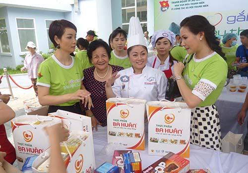 """Bà Phạm Thị Huân (thứ hai từ trái sang) thường xuyên tham gia chương trình """"Gắn kết yêu thương"""" dành cho bệnh nhân nghèo tại các bệnh viện Ảnh: GIA HƯNG"""
