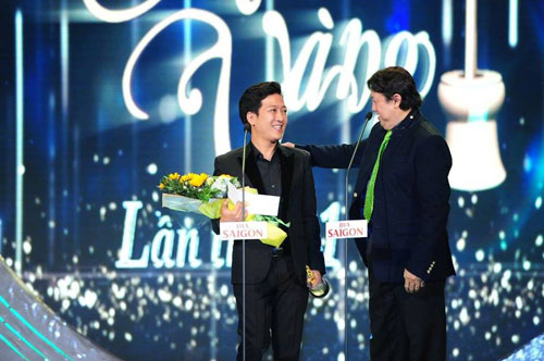 NSƯT Bảo Quốc trao giải Diễn viên hài được yêu thích nhất cho nghệ sĩ Trường Giang tại lễ trao Giải Mai Vàng lần thứ 21-2015 Ảnh: Hoàng Triều