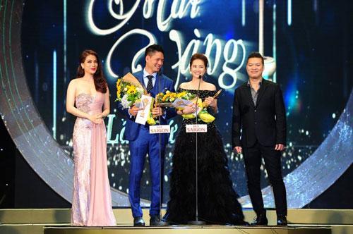 Diễn viên Bình Minh, Nhã Phương (giữa) nhận giải Nam, Nữ diễn viên điện ảnh - truyền hình được yêu thích nhất tại lễ trao Giải Mai Vàng 2015 Ảnh: Hoàng Triều