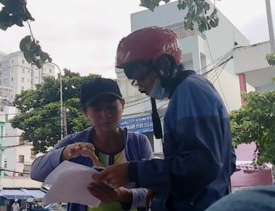 """""""Cò"""" H. đưa khách xem lịch trình chạy tàu và khẳng định sẽ có vé thật theo đúng nhu cầu Ảnh: Nguyễn Anh"""