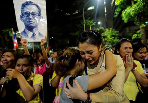 Người dân Thái Lan đau buồn sau khi hay tin Quốc vương Bhumibol Adulyadej băng hà - Ảnh: Reuters