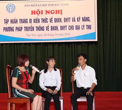 Các tình nguyện viên ở tỉnh Bắc Giang tham gia một tình huống vận động hộ gia đình tham gia BHYT