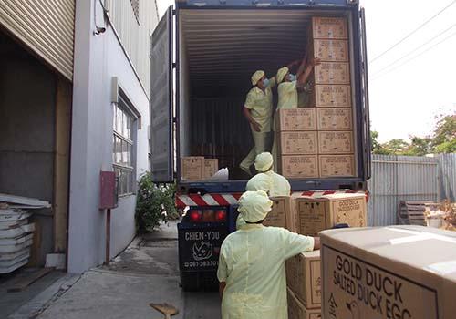 Sản phẩm trứng của Vietfarm được vận chuyển từ nhà máy lên container để xuất khẩu