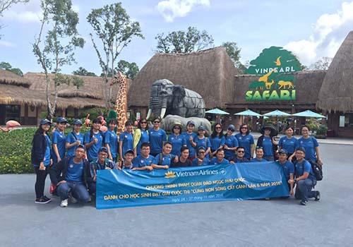"""Đoàn học sinh đạt giải cuộc thi """"Cùng non sông cất cánh"""" tại Phú Quốc. Ảnh: VIETNAM AIRLINES"""